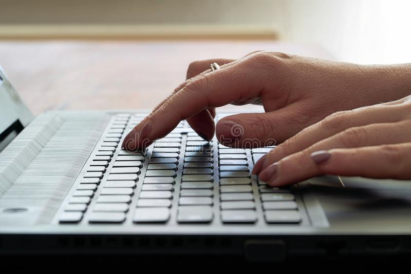 Pisać na komputerowej klawiaturze obraz stock