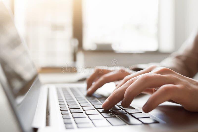 Pisać na maszynie na laptopu zbliżeniu, gawędzi w Facebook obrazy royalty free