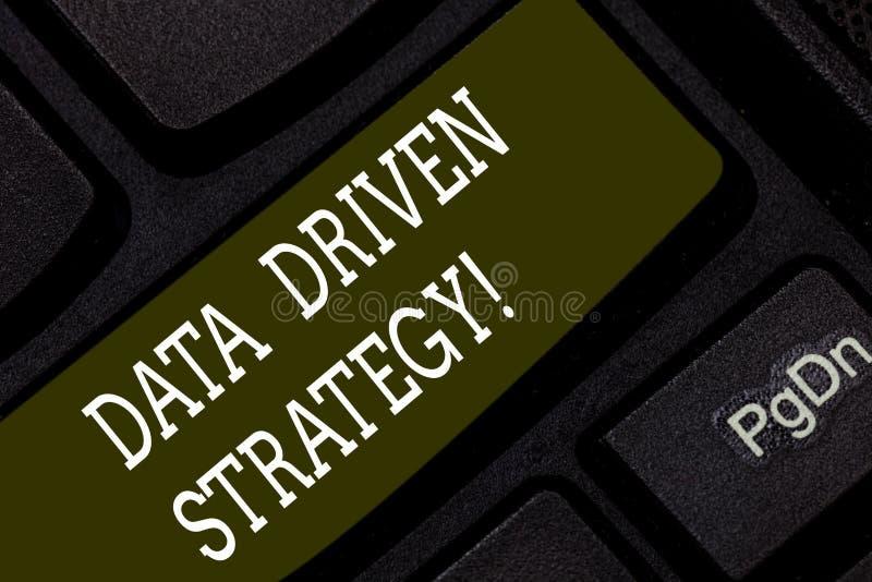 Pisać nutowej pokazuje dane Jadącej strategii Biznesowa fotografia pokazuje decyzje opierać się na dane interpretacji i analizie obrazy stock