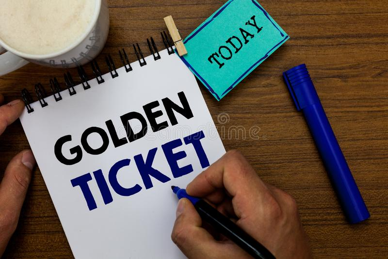 Pisać nutowemu seansowi Złotym bilecie Biznesowa fotografia pokazuje Podeszczowego czeka dostępu VIP kasy teatralnej Seat wydarze zdjęcia royalty free