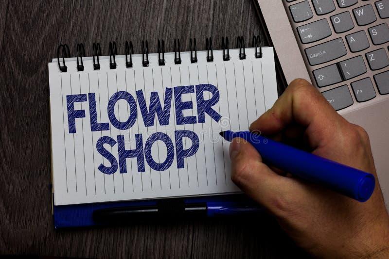 Pisać nutowym pokazuje kwiatu sklepie Biznesowa fotografia pokazuje dokąd rżnięci kwiaty sprzedają z dekoracjami dla prezenta męż fotografia royalty free