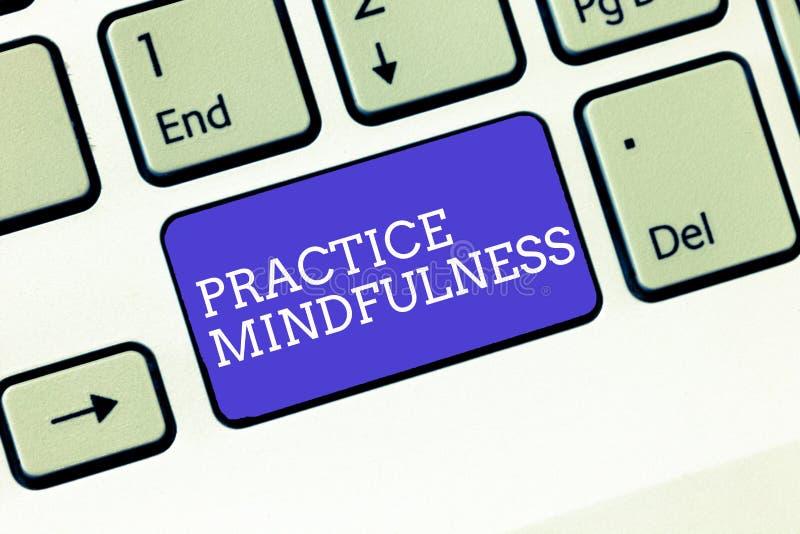Pisać nutowym pokazuje praktyki Mindfulness Biznesowy fotografii pokazywać dokonuje stan relaks forma medytacja obraz royalty free