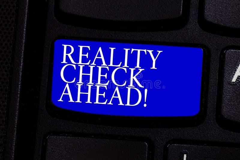 Pisać nutowym pokazuje tescie rzeczywistości Naprzód Biznesowy fotografii pokazywać Rozważa fact Realistyczni o sytuacjach zdjęcia royalty free