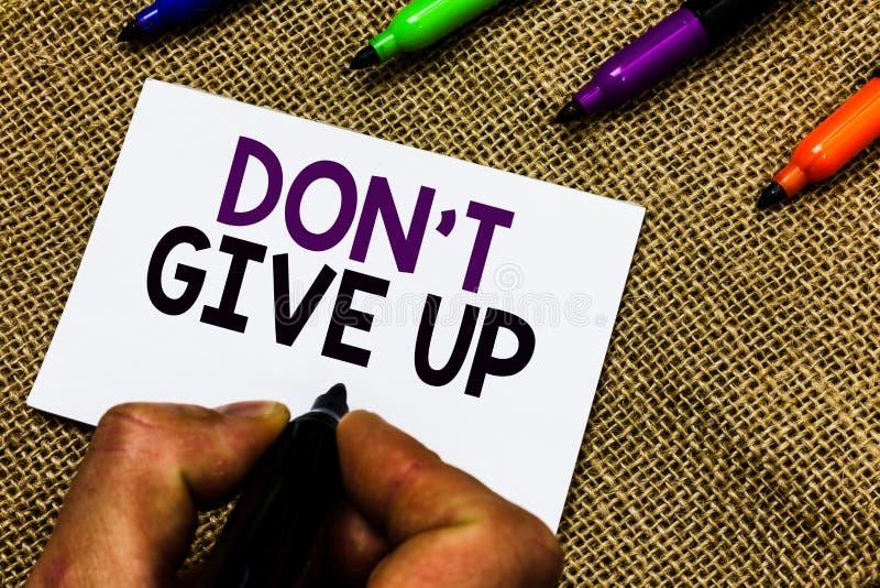 Pisać nutowym seansie Don t no Dawać Up Biznesowa fotografia pokazuje Ustalam Wytrwać Kontynuuje Wierzyć w Ty mężczyzna rękę zdjęcie stock