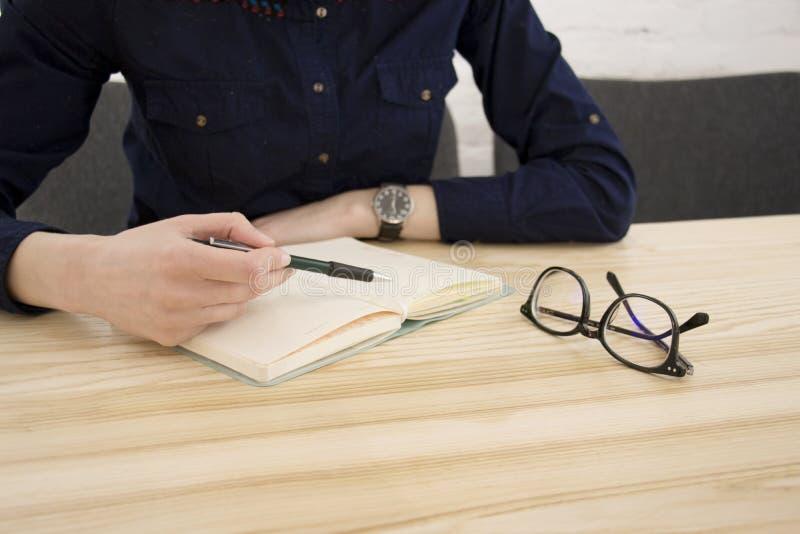 Pisać przy stołem zdjęcie royalty free