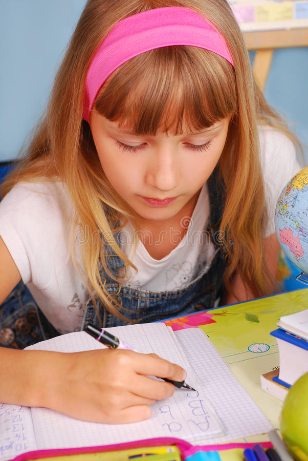 pisać uczenie uczennica zdjęcie royalty free