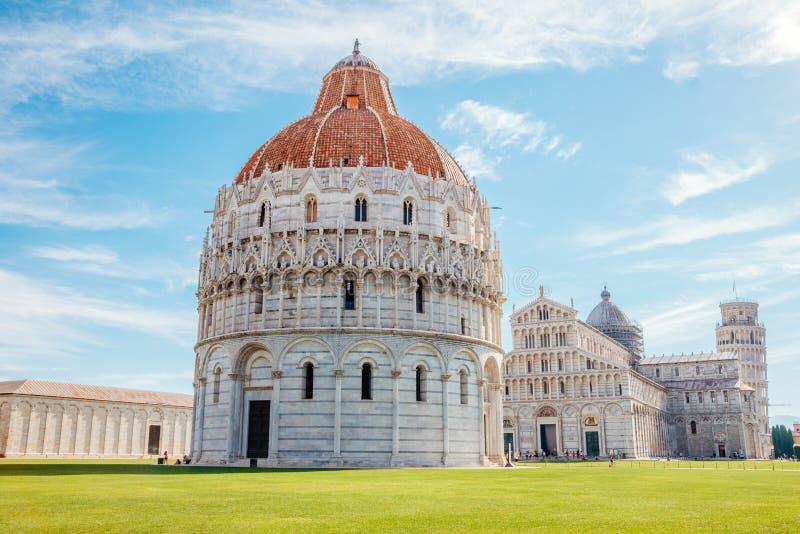 Pisa Baptistery av St John och domkyrkan och lutande torn av Pisa i Italien arkivbilder