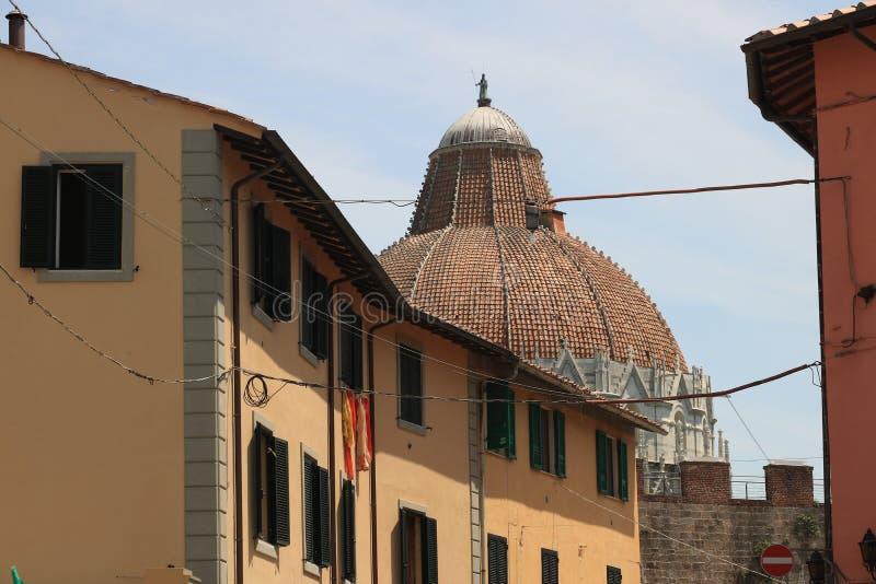 Pisa, baptistery, paredes e casas típicas da cidade A ab?bada fotos de stock