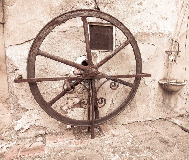 Pisa - 25 de mayo de 2019 - bomba de agua antigua de la rueda dentro de un chalet toscano fotografía de archivo