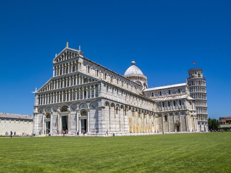 Pisa domkyrka och det lutande tornet i piazzadeien Miracoli, fyrkant av mirakel i Pisa, Italien arkivbilder