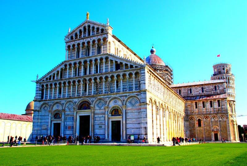 PISA, ITÁLIA - CERCA DO FEVEREIRO DE 2018: Catedral de Pisa com a torre inclinada no fundo no quadrado dos milagre foto de stock