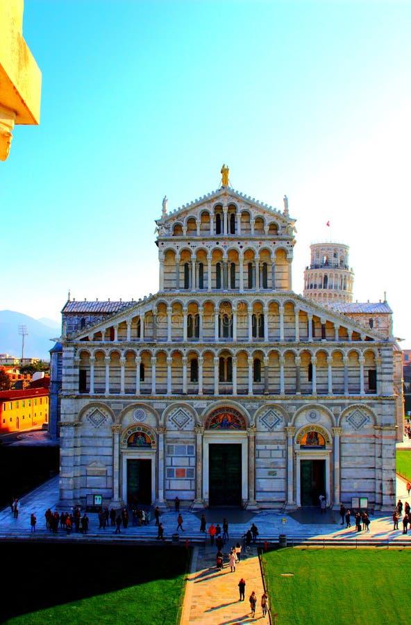 PISA, ITÁLIA - CERCA DO FEVEREIRO DE 2018: Fachada da catedral de Pisa com a torre inclinada no fundo no quadrado dos milagre fotografia de stock royalty free