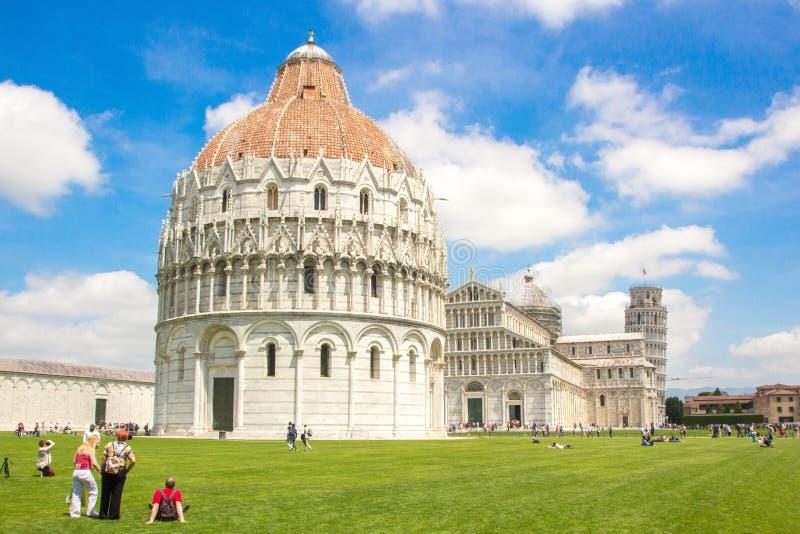 Pisa, Itália - 24 de maio de 2018: Quadrado do dei Miracoli da praça dos milagre, igualmente conhecido como a catedral Quadrado P imagens de stock