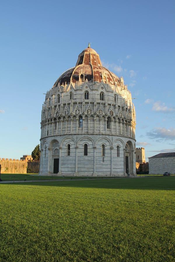 Pisa, Itália - setembro 03,2017: Baptistery bonito de Pisa no céu azul e na nuvem fotos de stock