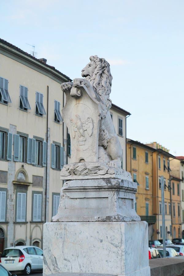 Pisa, Itália - setembro 03,2017: Estátua branca bonita do leão na cidade de Pisa foto de stock