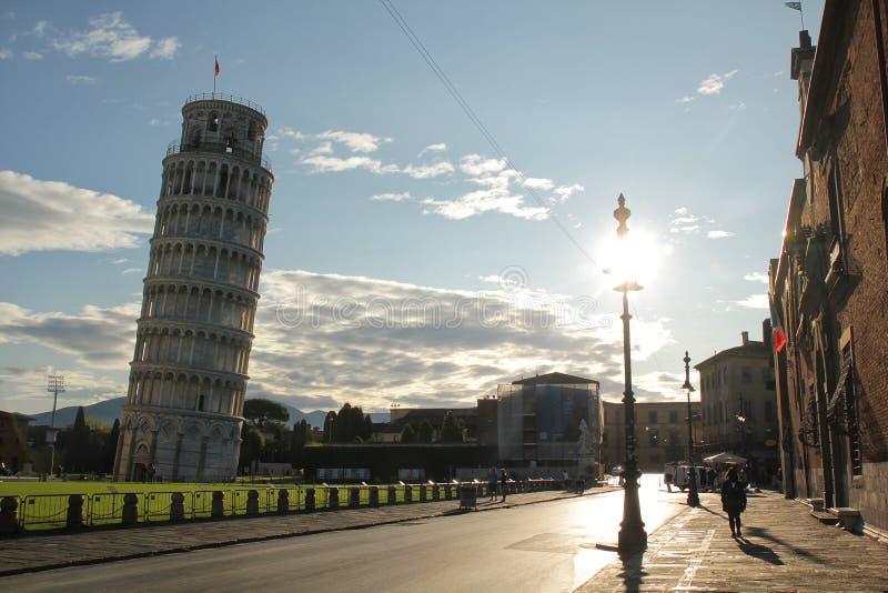 Pisa, Itália - setembro 03,2017: Torre bonita de Pisa em um dia ensolarado com céu azul e nuvem fotografia de stock