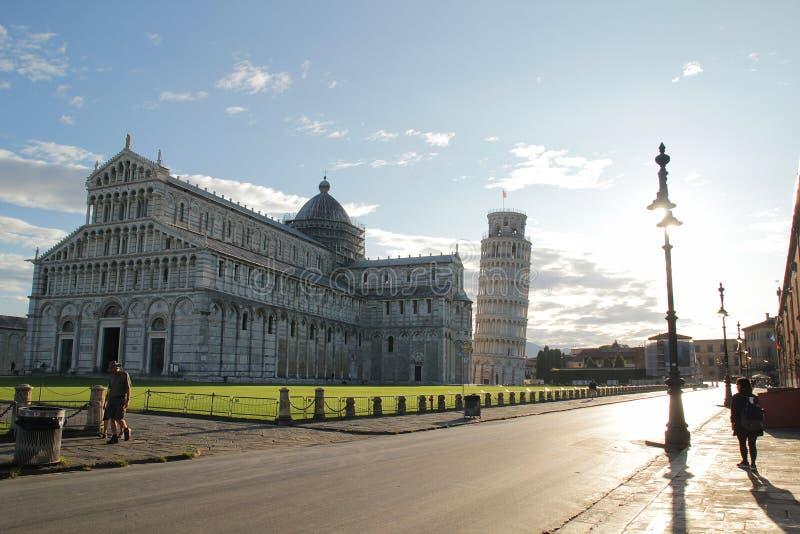 Pisa, Itali? - September 03,2017: De de mooie toren van Pisa en kathedraal van Pisa in de blauwe hemel stock foto's