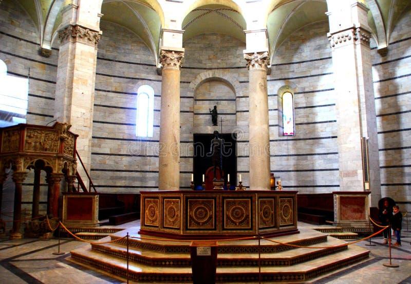 PISA, ITALIA - CIRCA FEBRERO DE 2018: Fuente del bautisterio en el cuadrado de milagros fotografía de archivo libre de regalías