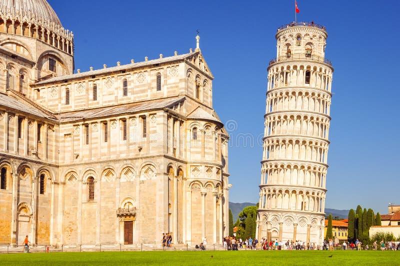 Pisa, Italia - 9 de septiembre de 2011: Los turistas admiran la catedral foto de archivo