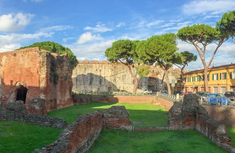 Pisa, Italia Rovine dei bagni di Nerone nel centro urbano fotografia stock