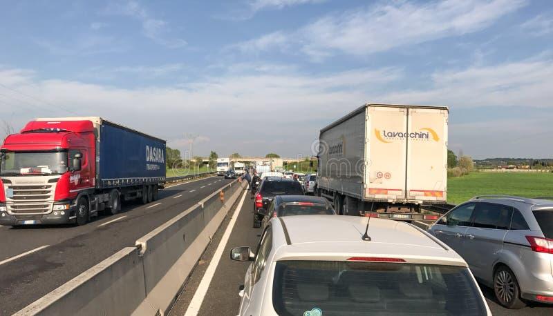PISA ITALIEN - APRIL 7, 2017: Trafik på mellanstatliga Fi-Pi-Li Thi arkivbild