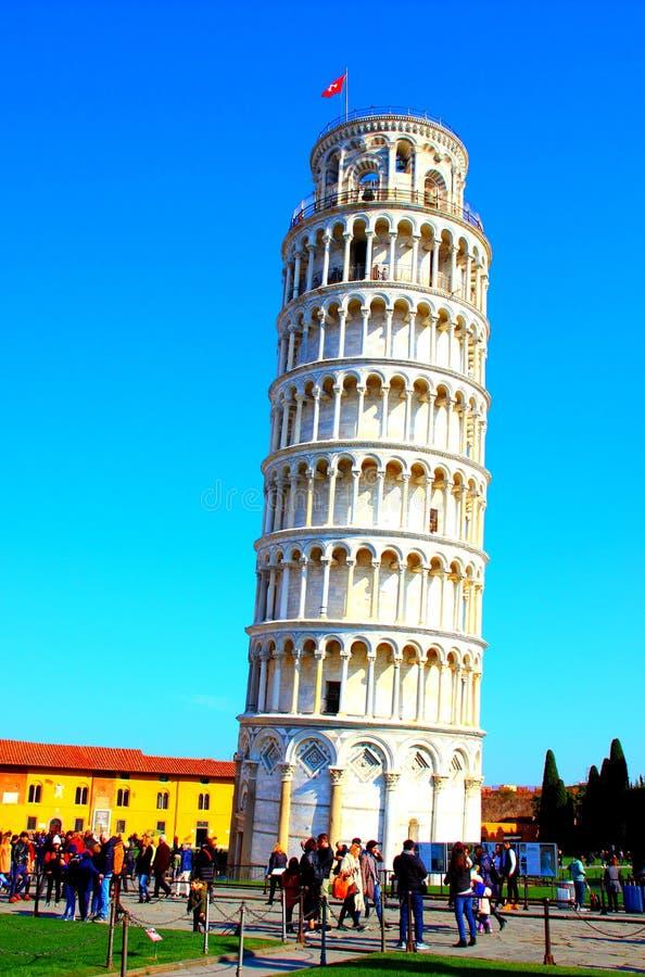 PISA ITALIEN - CIRCA FEBRUARI 2018: Det lutande tornet av Pisa på fyrkanten av mirakel royaltyfri foto
