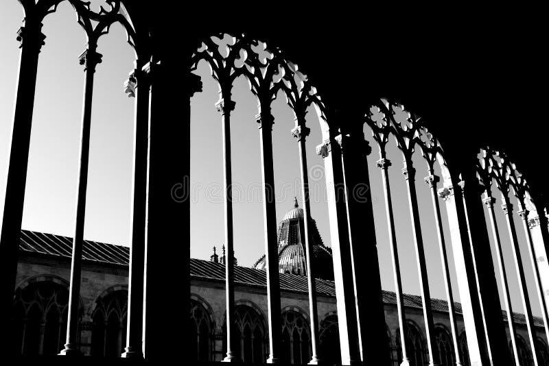PISA ITALIEN - CIRCA FEBRUARI 2018: Inre av den monumentala kyrkogården på fyrkanten av mirakel royaltyfria bilder