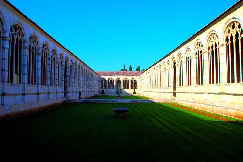 PISA ITALIEN - CIRCA FEBRUARI 2018: Inre av den monumentala kyrkogården på fyrkanten av mirakel fotografering för bildbyråer