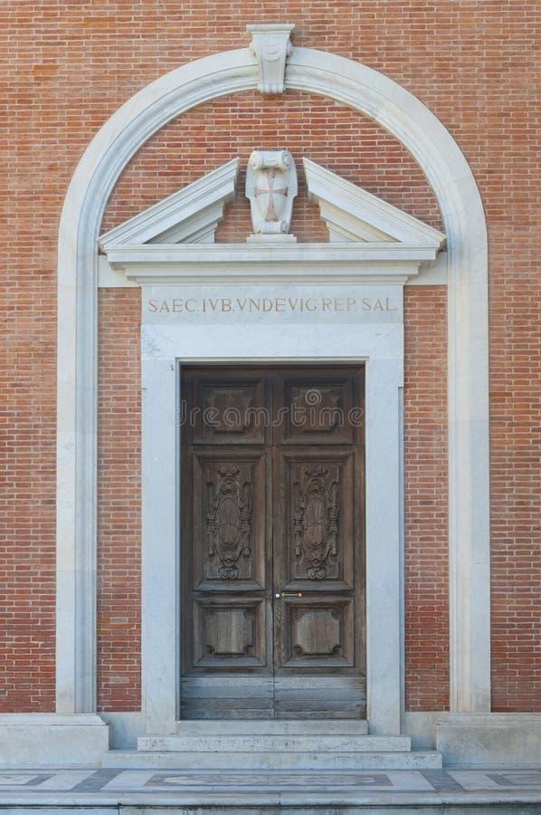 Pisa: Kyrka av den Santo Stefano deien Cavalieri, sidoingångsdörr arkivfoton