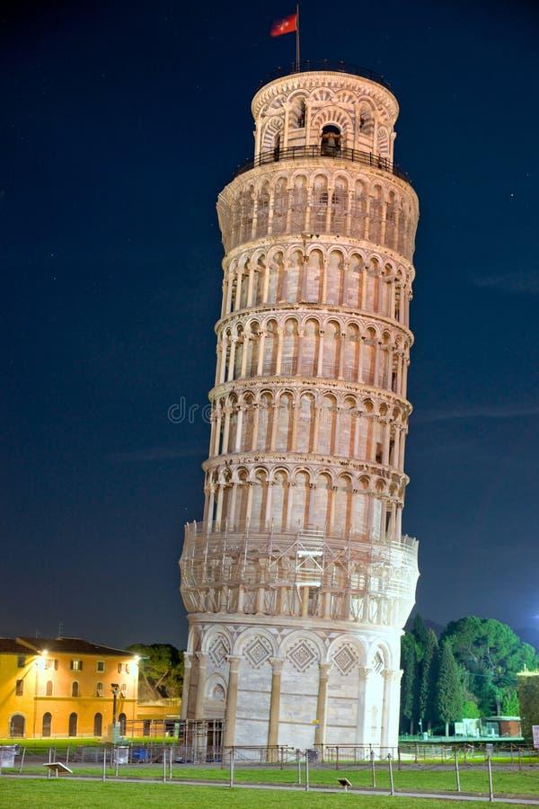 Pisa, la torretta di inclinzione alla notte. La Toscana, Italia. immagini stock