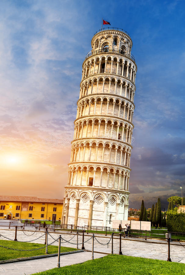Pisa-lehnender Kontrollturm, Italien lizenzfreie stockbilder