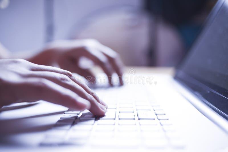Pisa? na maszynie na notatniku zdjęcia royalty free