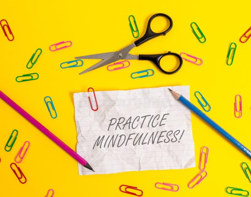 Pisa? nutowym pokazuje praktyki Mindfulness Biznesowy fotografii pokazywa? dokonuje stan relaks forma medytacja zdjęcia royalty free