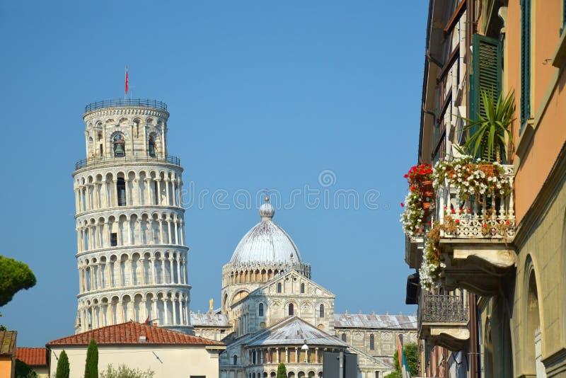 Pisa stad med det lutande tornet och kupolen royaltyfri fotografi