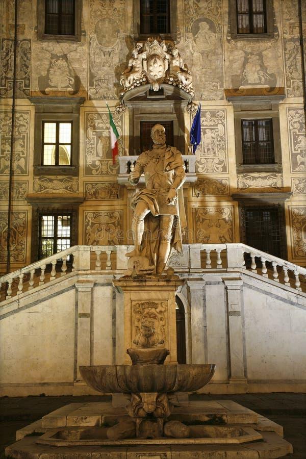 Pisa - standbeeld van Cosimo I Dokter de stock fotografie