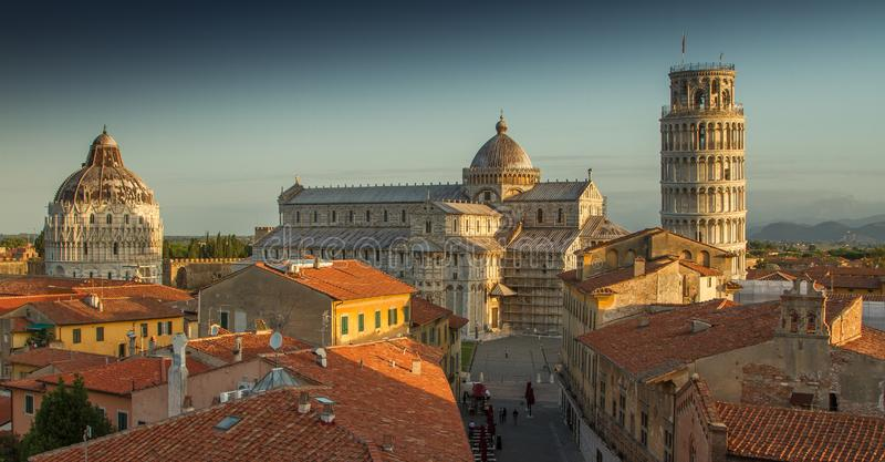 Pisa tak på soluppgång, Italien royaltyfria bilder