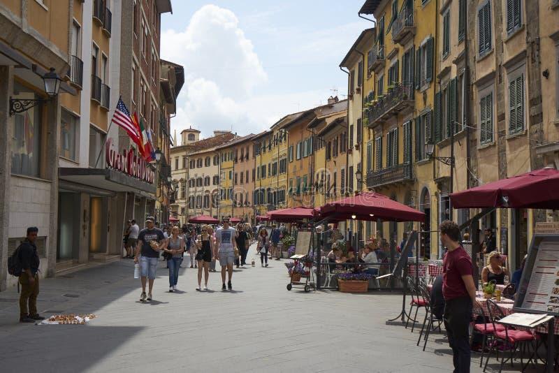 Pisa, Tuscany, Włochy, Maj 2018/: sprzedawcy i kelnery czekać na fotografia royalty free