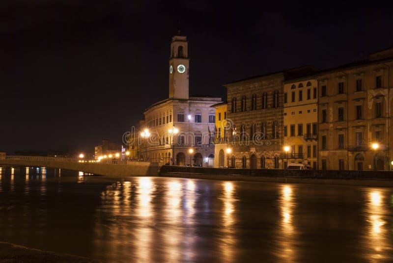 Pisa vid natt från floden. royaltyfria bilder