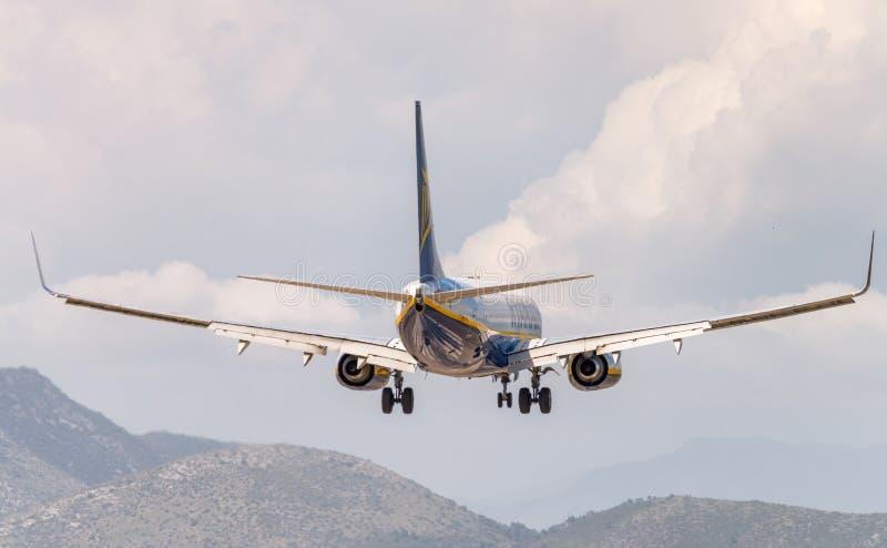 PISA WŁOCHY, JUN, - 1: Ryanair samolotu ziemie w głównym Tuscany zdjęcia royalty free