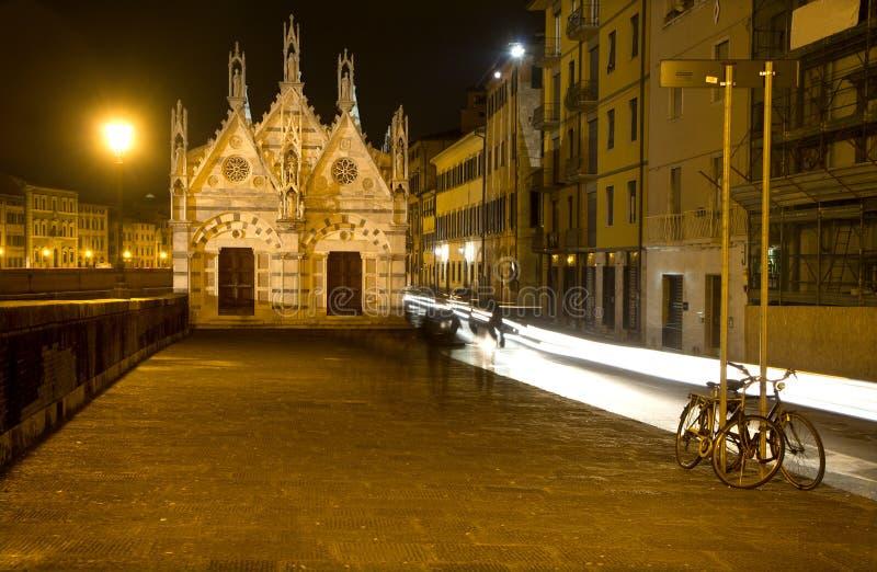 Pisa - waterkant en weinig kapel royalty-vrije stock foto's