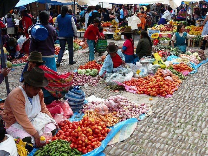 Pisac Peru - Oktober 14, 2012 Oidentifierat folk på en marknad i byn av Pisac arkivfoton