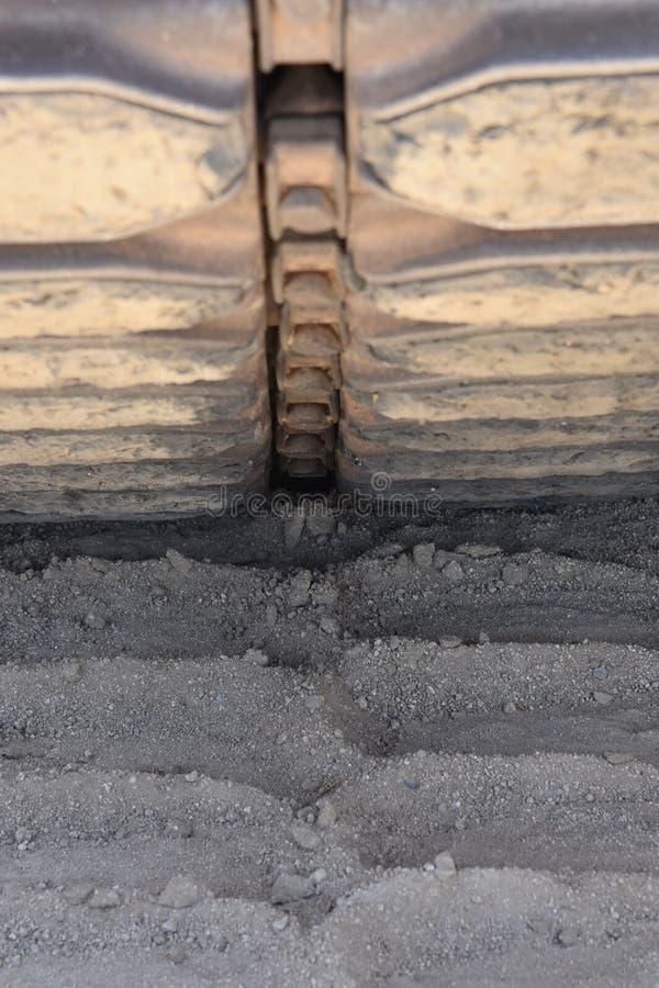 Pisada de la pista del tanque en arena fotografía de archivo