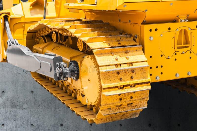 Pisada del tanque de la pista o excavador continua de las ruedas de cadenas fotografía de archivo libre de regalías