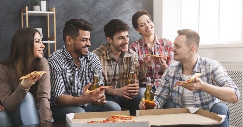 Pisak i kruk Grupa przyjaciele je pizzę, pijący piwo i opowiadać obraz stock