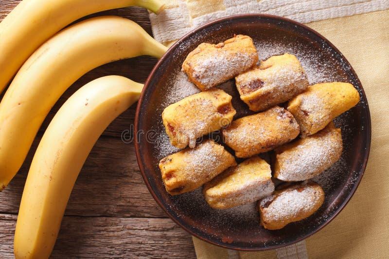 Pisang goreng油煎了在面团的香蕉在板材宏指令 horizont 免版税库存图片