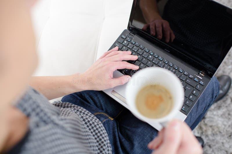 Pisanie na klawiaturze notebooka zdjęcia royalty free