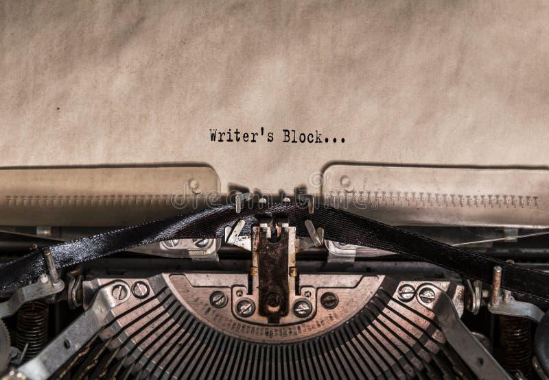 Pisarscy ` s bloku słowa pisać na maszynie na rocznika maszyna do pisania fotografia royalty free