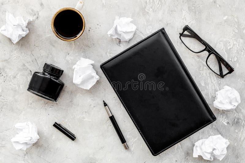 Pisarski biurowy biurko z notatnika, atramentu, pióra i szkieł tła odgórnego widoku szarą przestrzenią dla teksta, fotografia stock