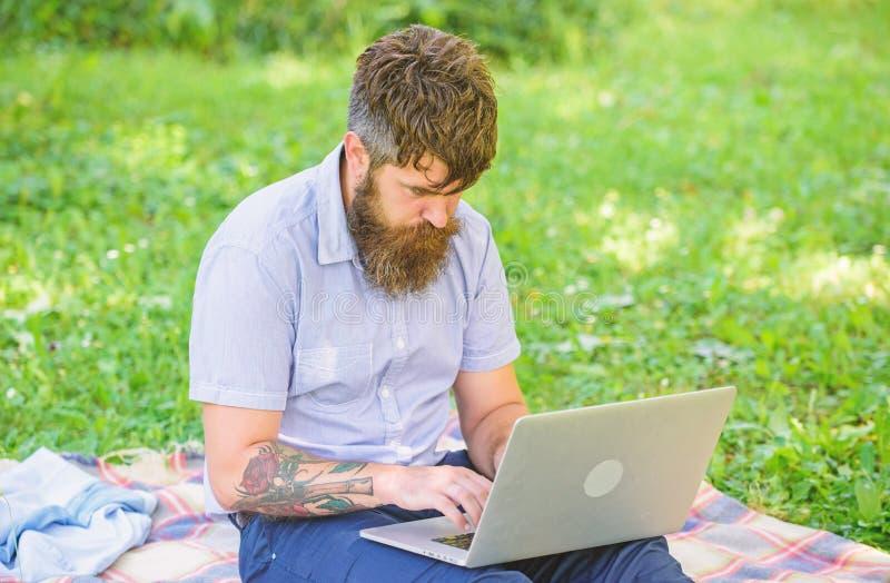 Pisarski szuka inspiracji natury środowisko Inspiracja dla blogging tutaj szukać Mężczyzna brodaty z zdjęcia royalty free