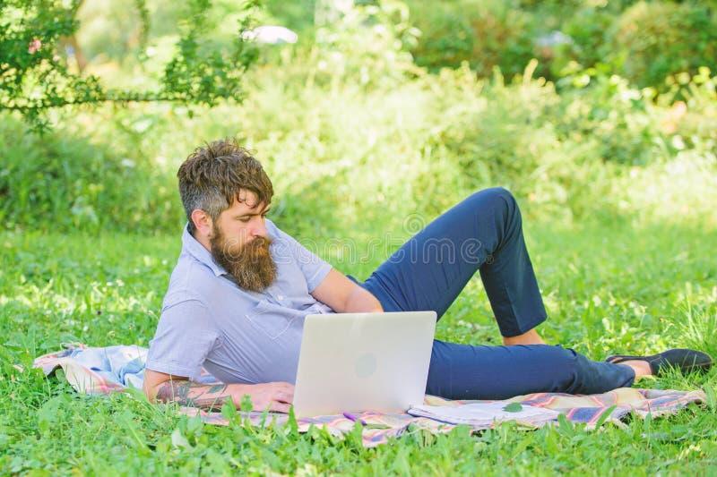 Pisarski szuka inspiracji natury ?rodowisko Inspiracja dla blogging Blogger zosta? inspiruj?cy z natury zdjęcie stock